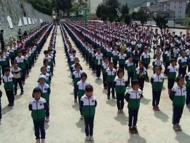 Китайцы следят за учениками через униформу