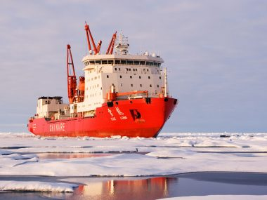 Китайская экспедиция в Антарктике столкнулась с айсбергом