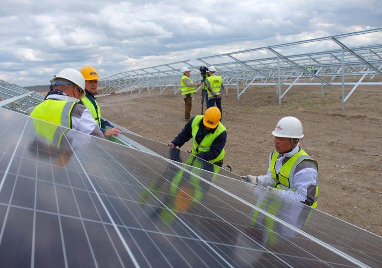 Китайские специалисты возводят солнечную электростанцию в Украине