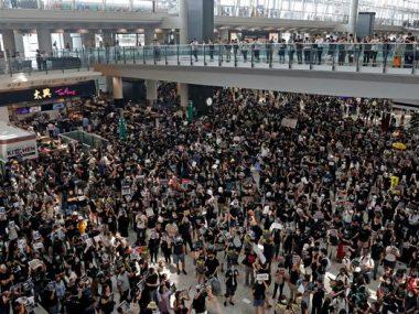 Протесты в Гонконге: власти сравнили выступления с терроризмом, аэропорт возобновил работу