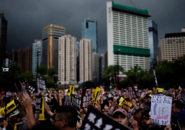 Полиция на протестах в Гонконге впервые применила оружие