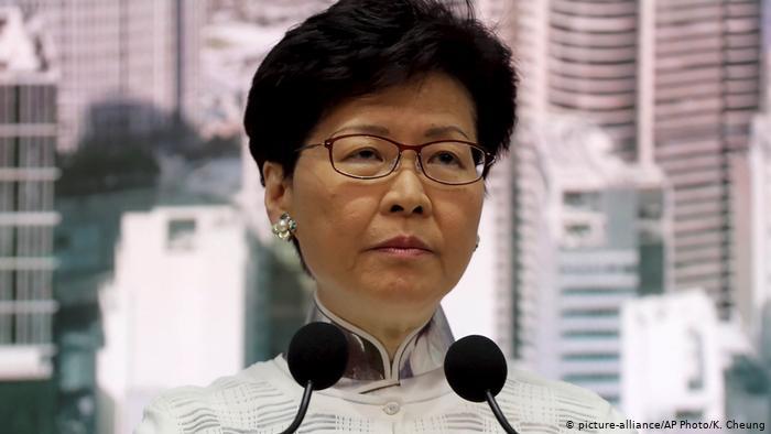 Китай планирует сменить главу Гонконга