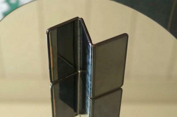 В Китае презентовали смартфон-гармошку, который изгибается в разные стороны