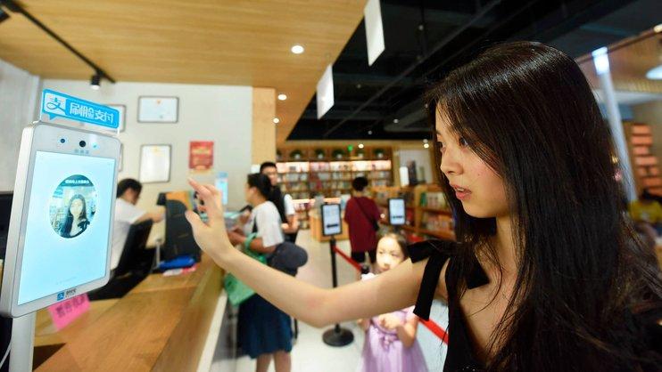 Китай заменит QR-код на устройство распознавания лиц для проведения финансовых операций