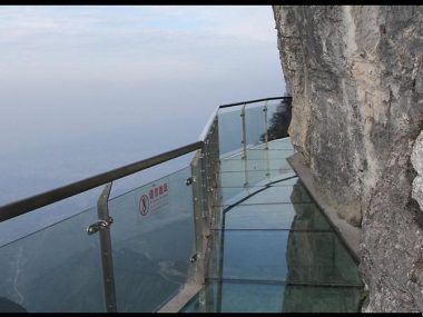 В Китае закрыли стеклянные тропы в туристических зонах