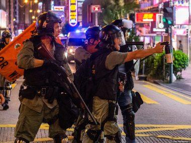 Полиция Гонконга применила боевое оружие против демонстрантов