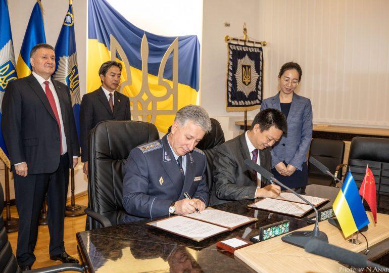 Китай передал украинской ГСЧС более 50 единиц техники