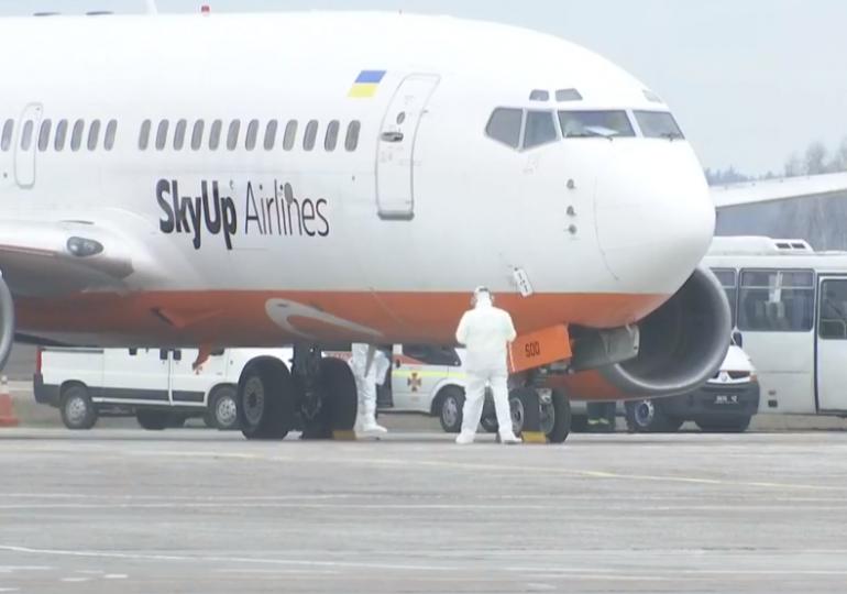 """Самолет с эвакуированными украинцами временно остановился в аэропорту """"Борисполь"""""""