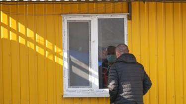 """""""Вітаємось з ними через вікно"""". Як китайців відправили на карантин у Житомирі"""