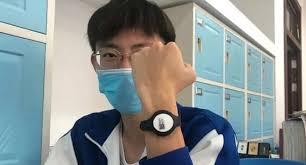 Китайских школьников обязали носить браслеты для измерения температуры