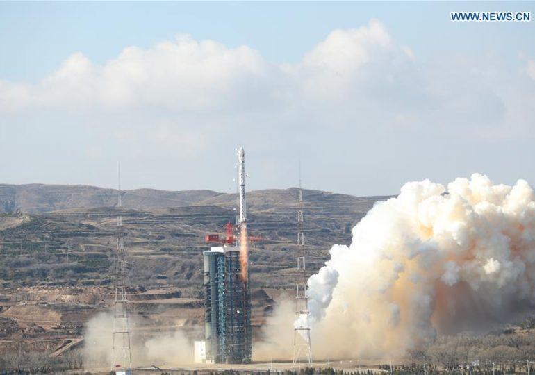 Китай запустил на околоземную орбиту три спутника