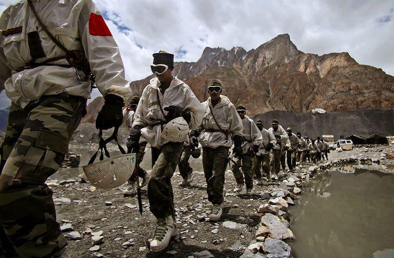 Индия и Китай наращивают военные силы на линии соприкосновения в Гималаях