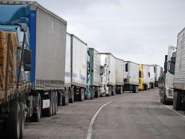Российские дальнобойщики устроили забастовку на границе с Китаем из-за тестов на COVID-19