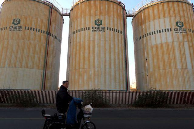 Китай массово скупает зерно, подрывая мировую экономику – Reuters