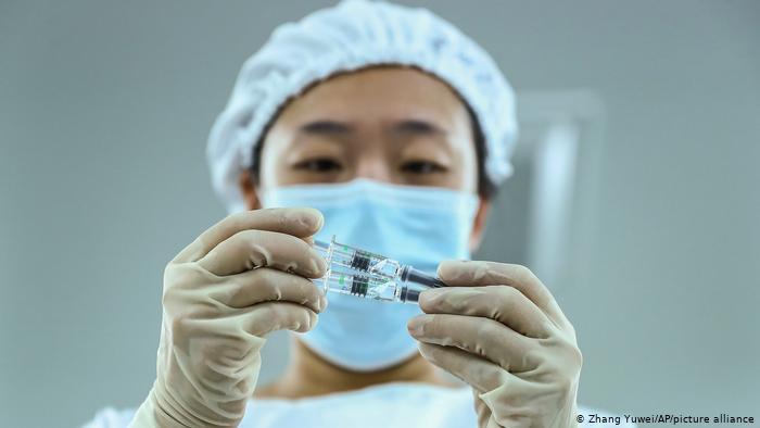 Сингапур поставил под сомнение эффективность китайской вакцины Sinovac