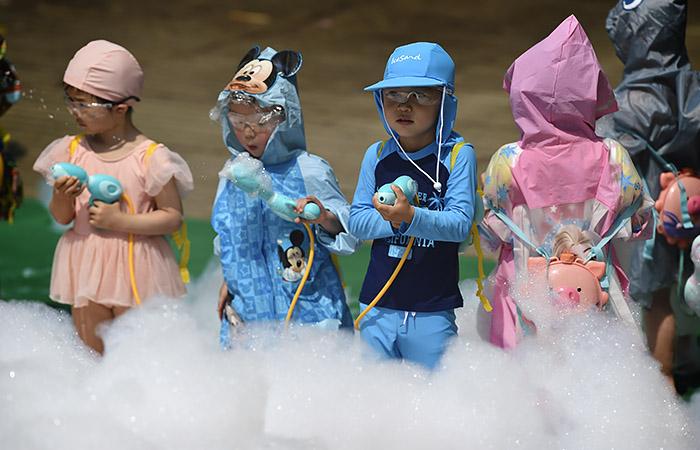 Власти Китая разрешили семьям иметь до трёх детей
