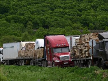 На границе России и Китая растут очереди из грузовых автомобилей