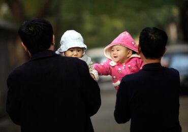В Китае рождение детей будут поощрять денежными субсидиями.